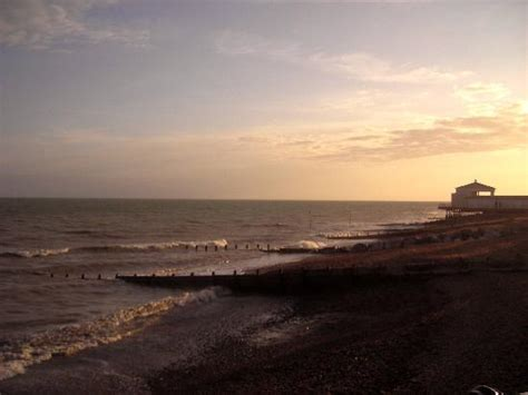 worthing beach picture  worthing west sussex