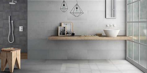 Badezimmer Fliesen Hellgrau by Modernes Badezimmer Mit Hellgrauen Fliesen Badezimmer