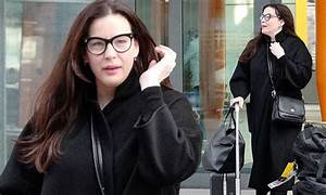 Liv Tyler nails airport chic in a casual ensemble and ...