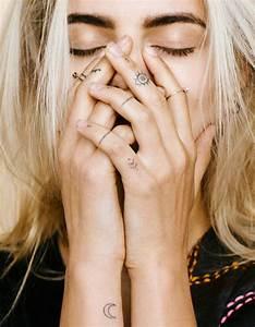 Tatouage Sur Doigt : tatouage doigt les plus jolis tatouages de doigts elle ~ Melissatoandfro.com Idées de Décoration