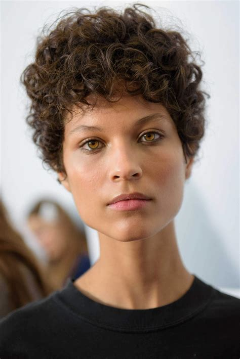 short curly hair 3 flattering and simple styling ideas