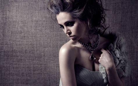 Eliza Dushku Windows 10 Theme - themepack.me