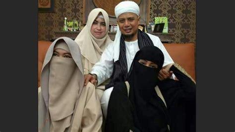 sering 39 pamer 39 kemesraan dengan istri istrinya ustaz arifin ilham dapat kritik pedas sewarga