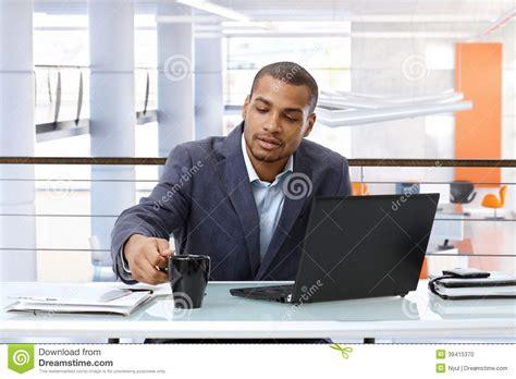 affaires de bureau homme d 39 affaires noir travaillant avec l 39 ordinateur dans