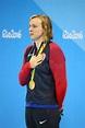 美国的奥林匹克冠军姬蒂・雷德基在奖牌仪式期间的在里约的妇女的800m自由式的胜利以后2016年 编辑类库存 ...