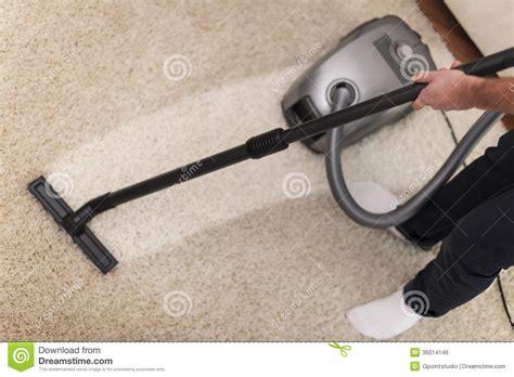 nettoyer 224 l aspirateur un tapis image libre de droits