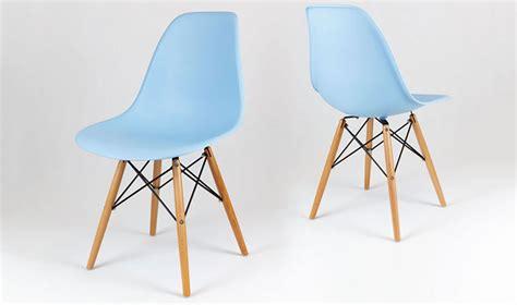 chaise de bureau blanche design chaise dsw bleue ciel avec pieds en bois style scandinave