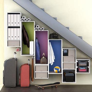 un vestiaire comme rangement sous escalier