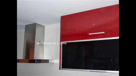 muebles de cocina en color rojo granate  encimera de