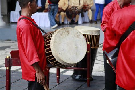 Polopalo merupakan jenis musik idiofon yang menghasilkan bunyi ketika dibenturkan. 10 Alat Musik Tradisional Maluku dan Cara Memainkannya - Tambah Pinter