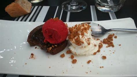 dessert croustillant au chocolat avec sa boule de glace et chantilly foto auberge du