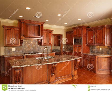 cuisine a la maison cuisine en bois foncée à la maison de luxe photos stock