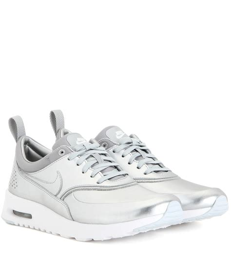 air si鑒e lyst nike air max thea metallic silver sneakers in metallic