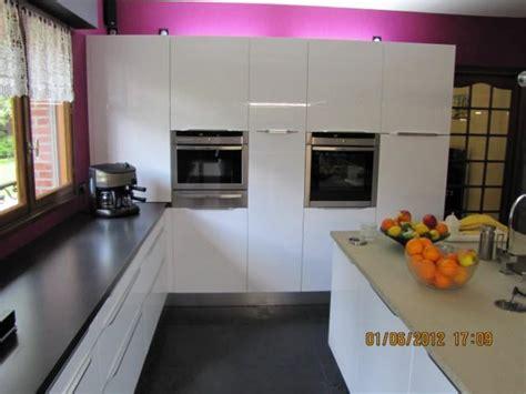 cuisine brillante cuisine blanc brillant meuble cuisine blanc sans poignee