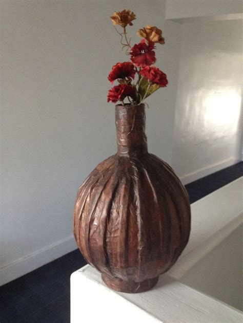 otro jarron hecho con un globo papel periodico y papel de
