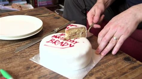 how to cut a cake how to cut a cake the right way 7 pics