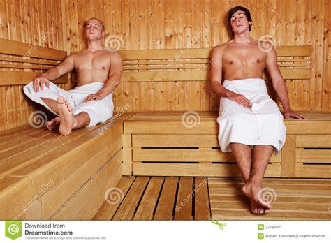 Zwei Mann Sauna by Zwei M 228 Nner Die In Der Sauna Sich Entspannen Stockbild