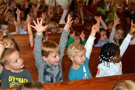 preschool children enjoy guest musicians mt bethel 907 | Preschool Chapel
