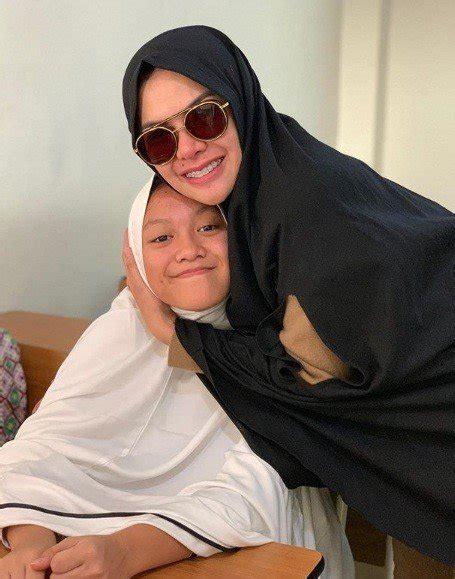 Antar Anak Sekolah Nikita Mirzani Pakai Hijab Syar