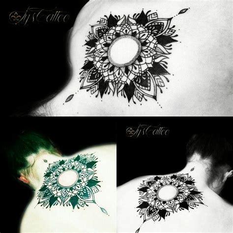tatouage haut du dos femme mandala type geometrique
