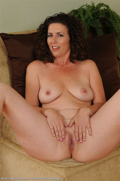 Beautiful Mature Brunette Housewife Pichunter
