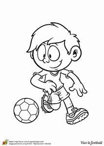 Petit But De Foot : coloriage d un petit gar on jouant au football qui fonce vers le but adverse avec son ballon ~ Melissatoandfro.com Idées de Décoration