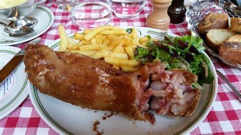 cuisine de ouf plat pied de cochon grillé avec frites photo de au pied