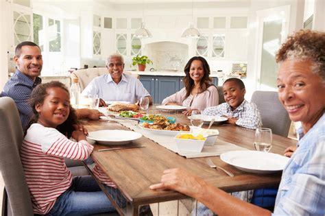 cuisine famille nombreuse famille multi de noir de génération à la table de cuisine