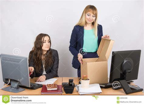 dans le bureau un employé dans le bureau observant un nouveau collègue