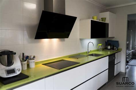 cocina blanca  encimera verde fun cocinas suarco