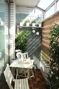 gemutlichen balkon gestalten 35 tolle ideen und tipps With markise balkon mit tapete schwarz weiß barock