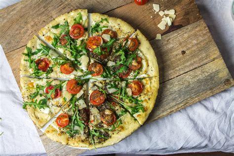 cuisine italienne pizza pizza italienne tomates cerise parmesan et roquette cuisine moi un mouton
