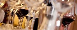 Wie Hält Man Ein Weinglas : weinwissen weinglas welches glas passt f r welchen wein delinat ~ Watch28wear.com Haus und Dekorationen