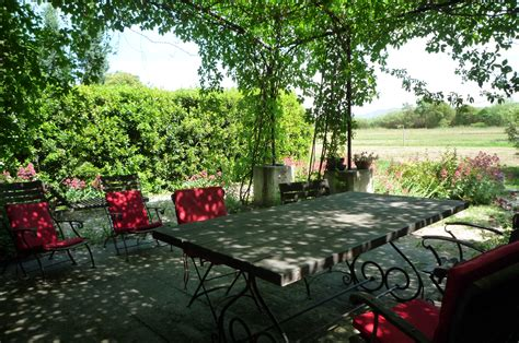 gite de la tonnelle la table de jardin sous la tonnelle g 238 tes et locations de vacances 224 r 233 my de provence 13210