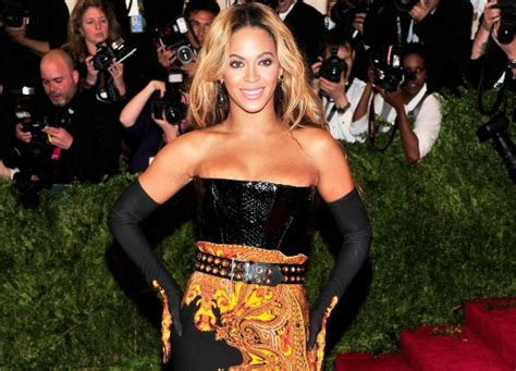gifts for beyonce fans beyonce gives away gift cards to fans indiatimes com