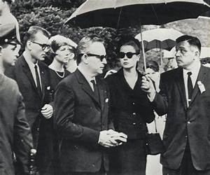 Grace Kelly Beerdigung : princess grace neben ihrem mann f rst rainier von monaco nimmt an der beerdigung ihres vaters ~ Eleganceandgraceweddings.com Haus und Dekorationen