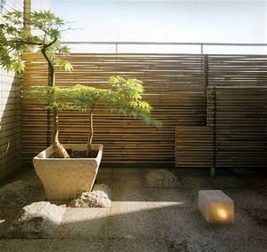 sichtschutz balkon bambusstaben steinfliesen japanischer With französischer balkon mit sand für zen garten