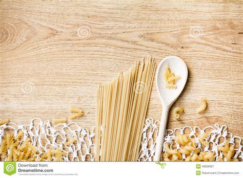 cuill鑽e en bois cuisine cuillères en bois pâtes différentes sur la nappe tricotée de dentelle photo stock image 46626957