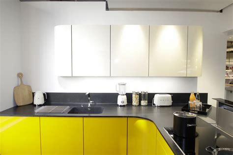 cuisine blanche et jaune cuisine blanche mur jaune