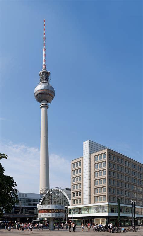 Fernsehturm Berlin by File Berliner Fernsehturm Mit Urania Weltzeituhr Und