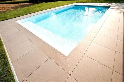piastrelle piscina i migliori materiali per la pavimentazione solarium