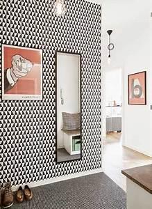 deco couloir en noir et rouge pour un style graphique With quelle couleur de peinture pour un hall d entree 10 12 idees deco pour styliser un couloir long etroit ou sombre