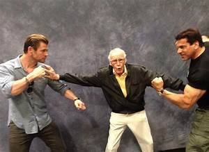 Stan Lee poses with Chris Hemsworth and Lou Ferrigno ...