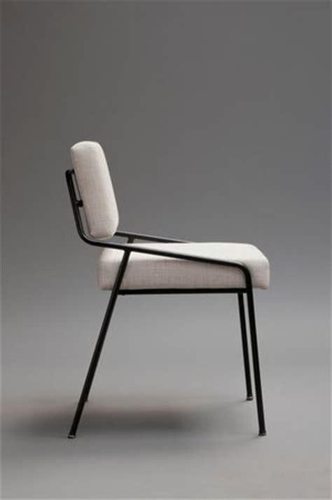 chaise metal noir alain richard chaise en métal laqué noir et mousse home