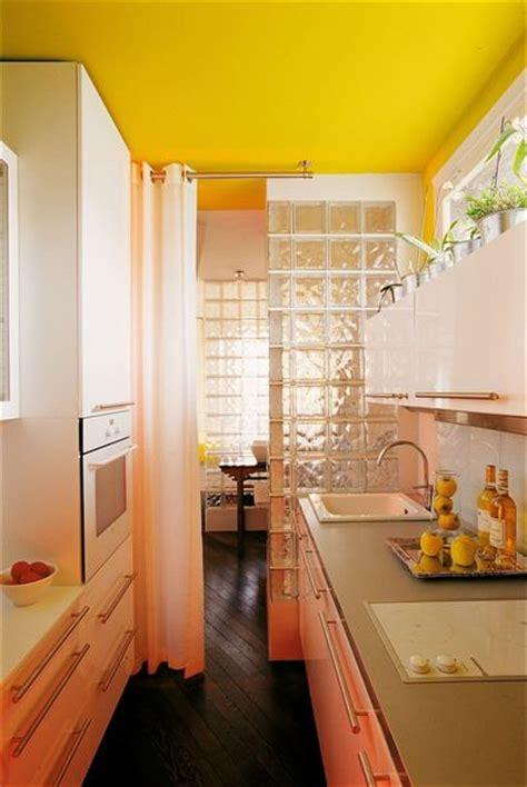 cuisine mur jaune couleur mur cuisine bois 2 la cuisine jaune tendance et