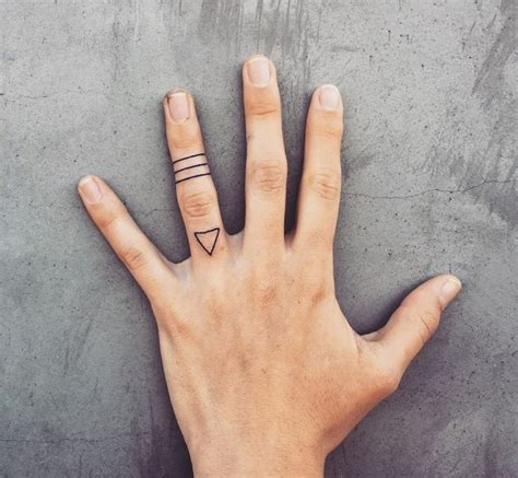 tatouage doigt idees pour  tatouage discret  style