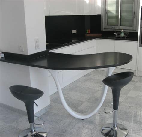 cuisine noir et blanc ambiance chic et contemporaine avec un sol en marbre gris