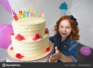 Gateau Anniversaire Petite Fille : petite fille avec g teau d 39 anniversaire photographie alexlipa 162038414 ~ Melissatoandfro.com Idées de Décoration