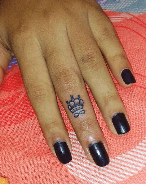 tatouage femme tatouage couronne femme doigt infini small and tatoos