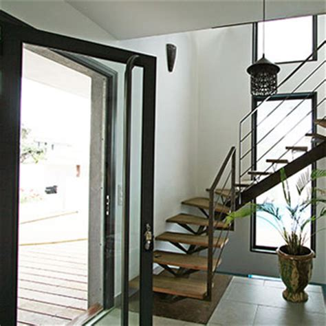 cuisine de jardin en idee déco entrée avec escalier